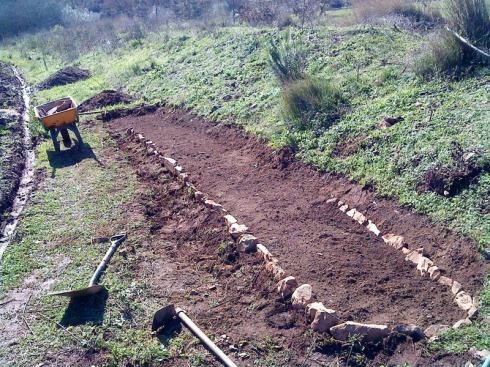 Nivelando la tierra y colocando piedras en los bordes