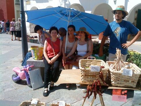 Aquí podemos ver a Charo Labrador, presidenta de la SEAE (Sociedad Española de Agricultura Ecológica) y miembro del grupo de consumo, a Angiolina, a María, y a Javier, hortelano de las Huertas del Abrilongo